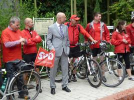 "Kay Blankenburg, Oberbürgermeister der Stadt Bad Kissingen, begrüßt die ""Roten Radler"" der SPD"