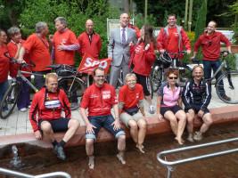 """Die """"Roten Radler"""" der SPD genießen die Erfrischung im Kneippbecken"""
