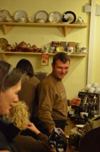 Herr Bühner ist mit viel Leidenschaft in seiner kleinen Kaffeerösterei am Werk